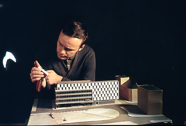 Jurand Jarecki nad makietą Zenitu, zdjęcie pochodzi z prywatnej kolekcji architekta