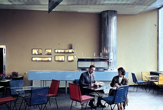 """Klienci kawiarni w """"Zenicie"""", zdjęcie pochodzi z prywatnej kolekcji architekta"""
