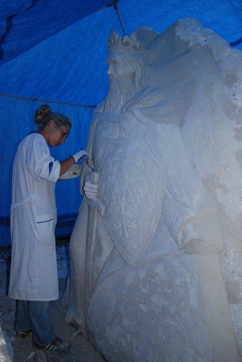 Weronika Turlej wykonuje prace z okazji 650 lecia lokacji Ujścia Solnego/ fot. dzięki uprzejmości artystki