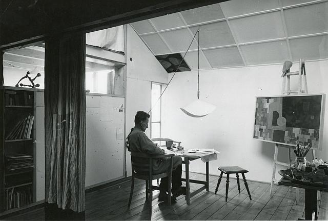 Oskar Hansen w pracowni. Fot. dzięki uprzejmości Filipa Springera