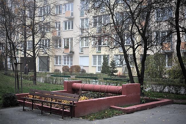 Warszawskie osiedle Przyczółek Grochowski składa się z jednego, bardzo długiego bloku o długości półtorej kilometra. Fot. Filip Springer