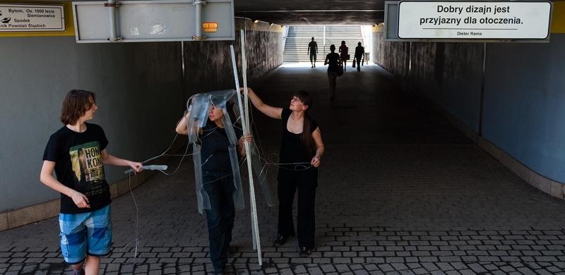 Na zdjęciu Dorota Grubba-Thiede niosąca rzeźbę. Fot. Mateusz Butowski