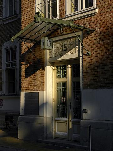 Wejście do Pawilonu 15, fot. Haeferl, źródło: commons.wikimedia.org