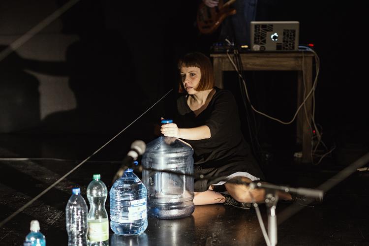"""""""Alicja. Przesłyszenie. Halucynacja dźwiękowa na motywach Lewisa Carrolla"""" Reż. Maria Kwiecień, fot. Artur Wacławek"""