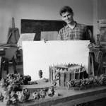 1.Marek Dziekoński z modelem budynku Panoramy Racławickiej, ok. 1958. Fot. z archiwum Ewy Dziekońskiej