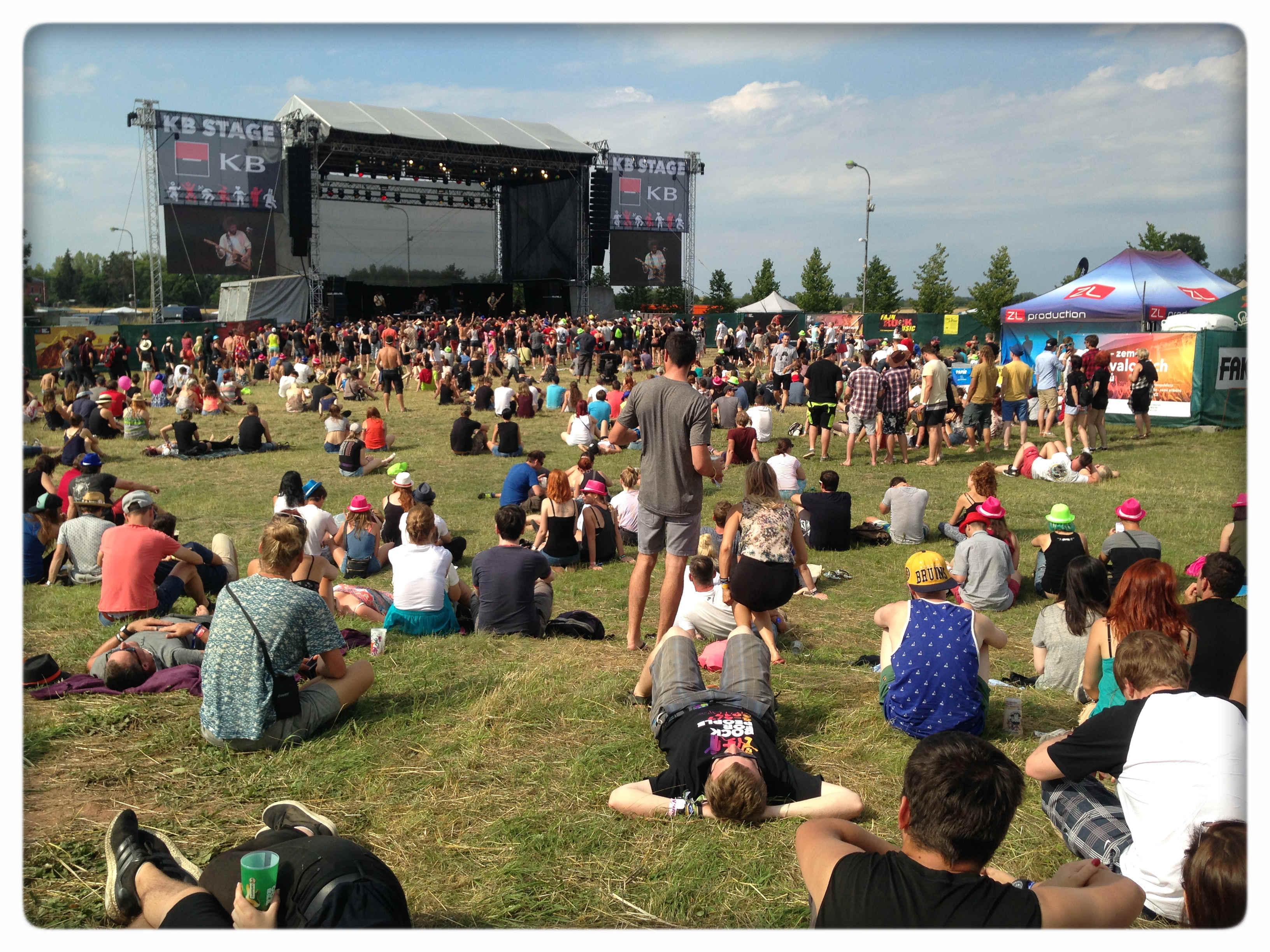 A między koncertami - chill na trawie, fot. Angelika Ogrocka