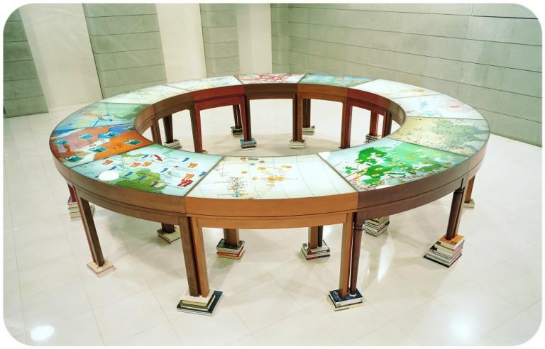 On translation: La Mesa de Negociación, 1998 r., copyright Antoni Muntadas, reprodukcje fotograficzne dzięki uprzejmości MUSAC (Museo de Arte Contemporáneo de Castilla y León)