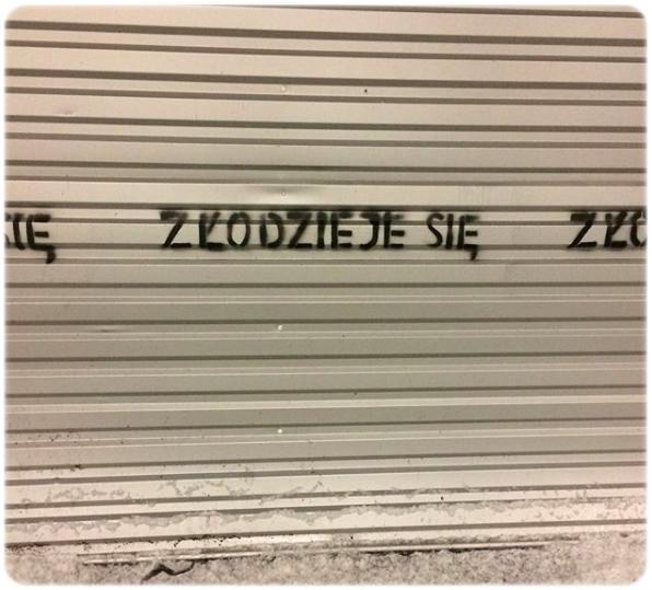 napis na płocie otaczającym miejsce po wyburzeniu pawilonu meblowego Emilia, dawnej siedziby Muzeum Sztuki Nowoczesnej, styczeń